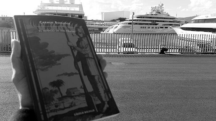 Libro El médico de los piratas y barco de lujo