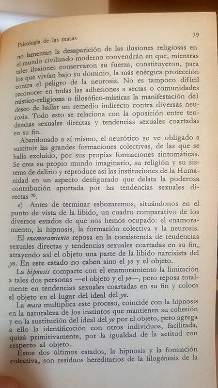 Página 79 de Psicología de las masas. Freud resumen por qué el enamoramiento y la hipnosis tienen lugar en el fenómeno de la psicología de las multitudes.