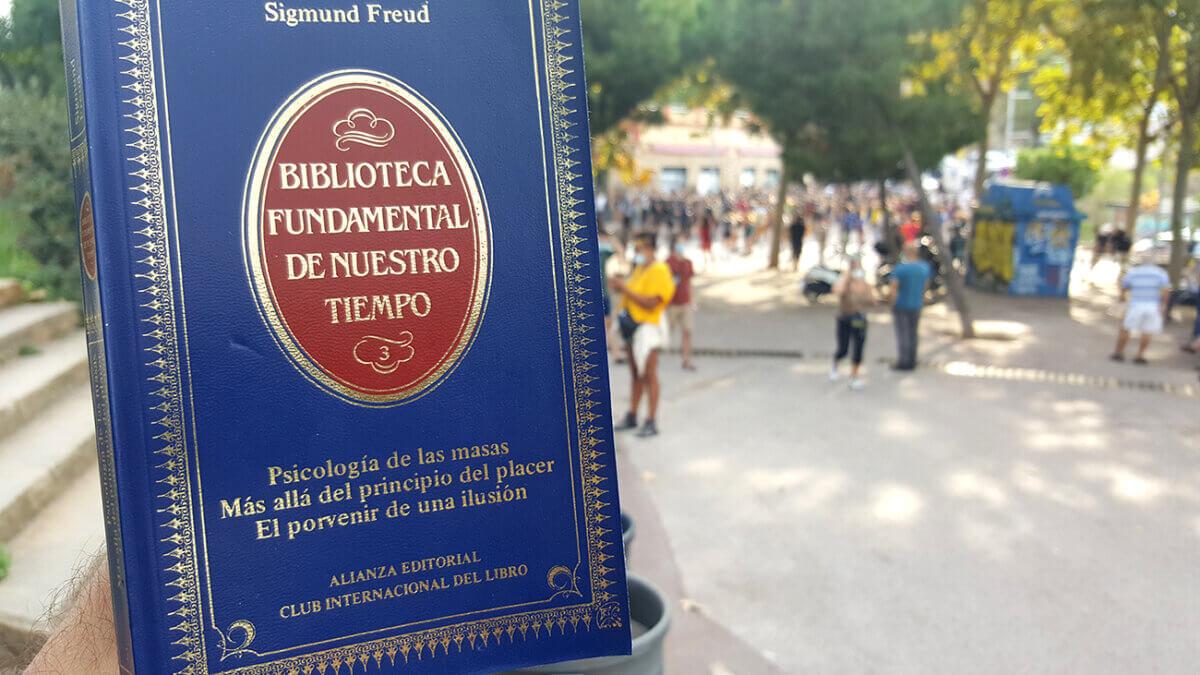 Libro y ensayo psicología de las masas de Sigmund Freud, foto en entorno público