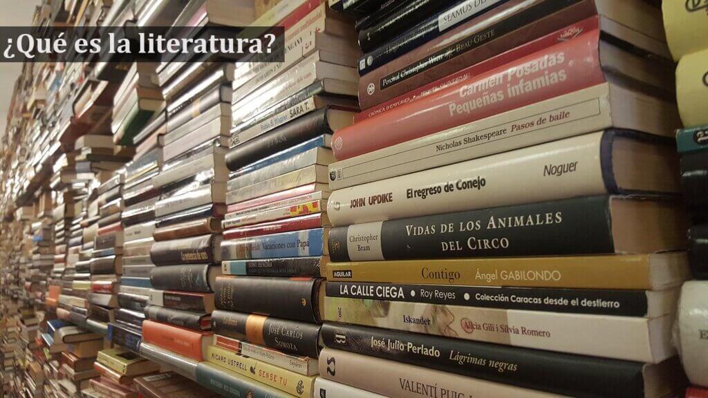 Literatura escrita y libros en un estandarte